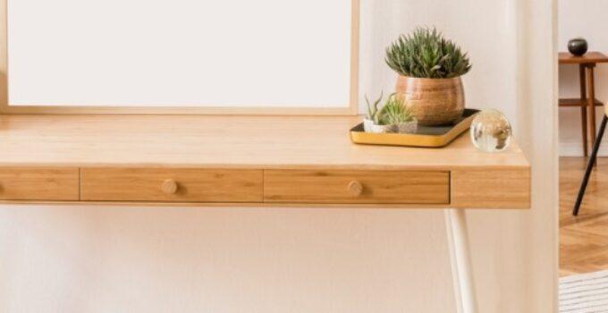 Lejlighed med træinteriør og minimalisktisk design viser indretningstrends for 2020