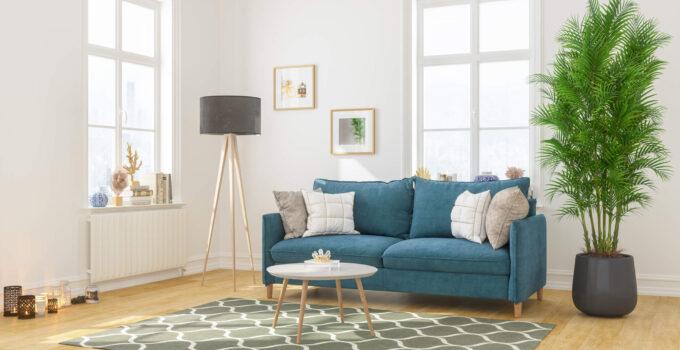 Indretning af stue med store vinduer